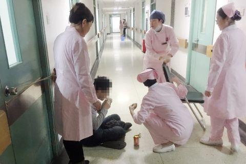家属晕倒在医院 佑安医护及时相助