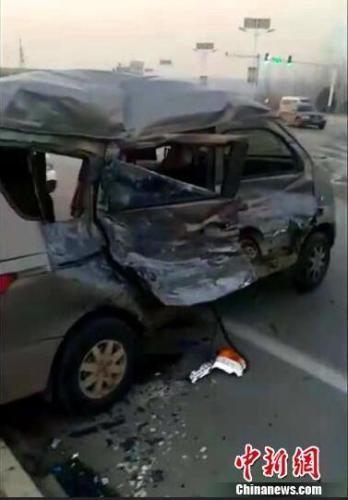 河北一载学生面包车与货车相撞 致2死9伤