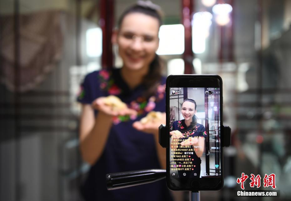 """俄罗斯媳妇:我在中国的""""网红""""生存"""