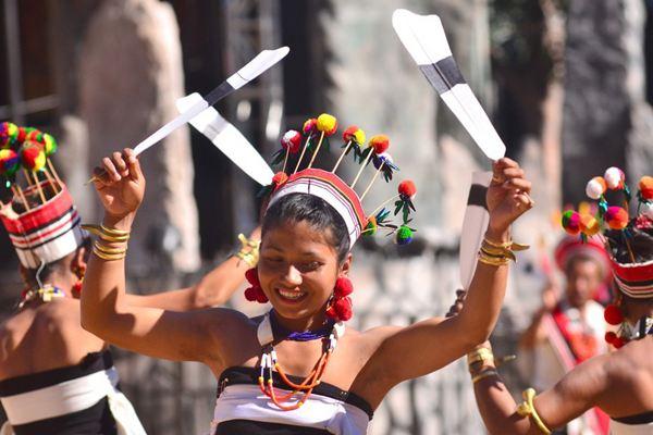 热闹非凡!印度纳迦族人穿民族传统服装庆祝犀鸟节