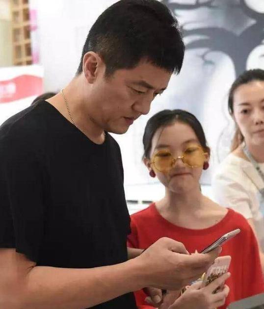 李亚鹏女儿李嫣亮相艺术展,超大耳钉加咬唇妆,这是12岁?