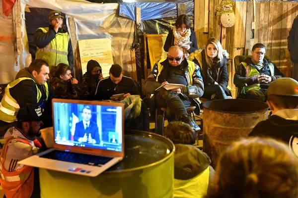 黄背心成员聚众观看马克龙演讲直播
