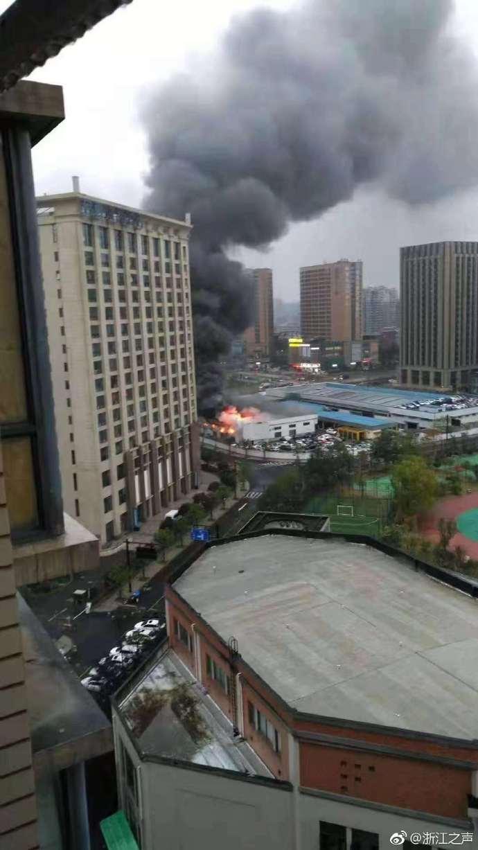 杭州三墩马自达4S店今早起火 火势已得到控制