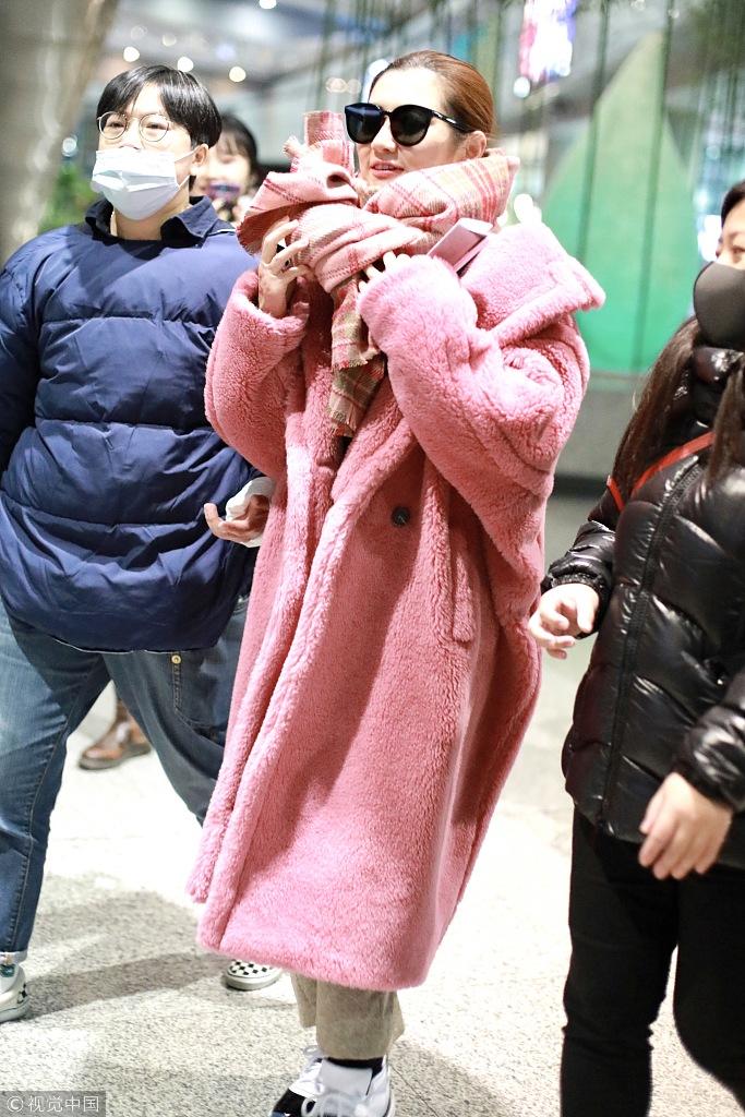 Selina穿粉色显俏皮 裹大衣围巾御寒
