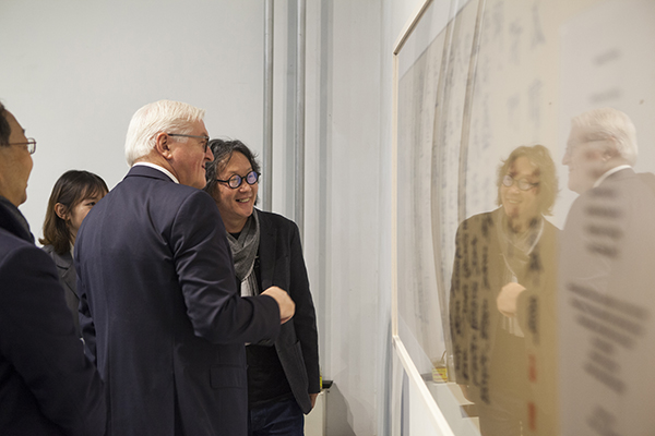 到访中国的德国总统施泰因迈尔上午拜访了一位艺术家