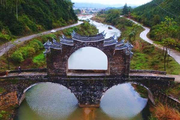 江西龙南县明代太平桥 两孔三墩造型奇特