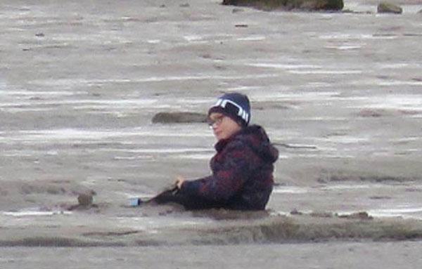 英7岁男孩陷入海滩淤泥中 救援队乘气垫船营救