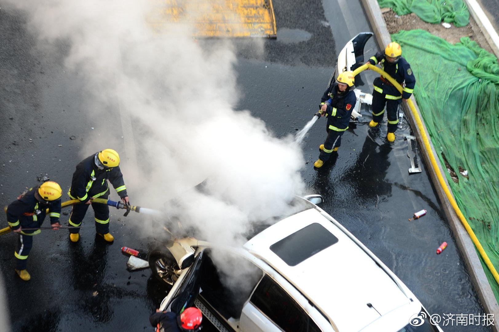 惊险!济南一车辆突发自燃,火苗窜起4米高