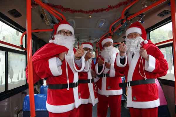 """韩国公车司机化身""""圣诞老人"""" 集体比心迎接圣诞节"""