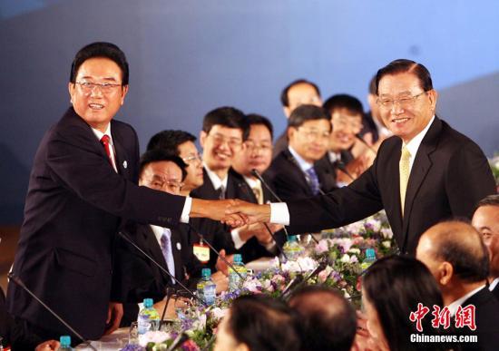 """资料图:2008年11月4日,大陆海协会会长陈云林与台湾海基会董事长江丙坤在台北举行第二次""""陈江会谈"""",这是两会领导人首次在台湾举行会谈。中新社记者 洪少葵 摄"""