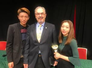 国际魔术联盟副主席多米尼克为王亚亮、贾惠羽的《橱窗之恋》颁发欧洲魔术大奖