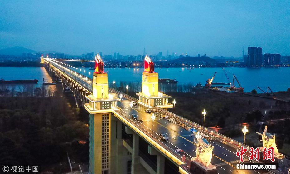 南京长江大桥全线亮灯 夜幕下宛如发光巨龙