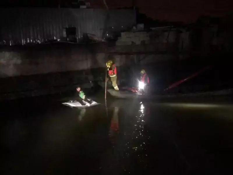 深夜父子驾车坠入河中,6岁儿子一句话,把老爸从绝望中拉了返来!