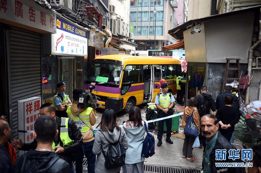 香港校车失事 致4人死亡11人受伤
