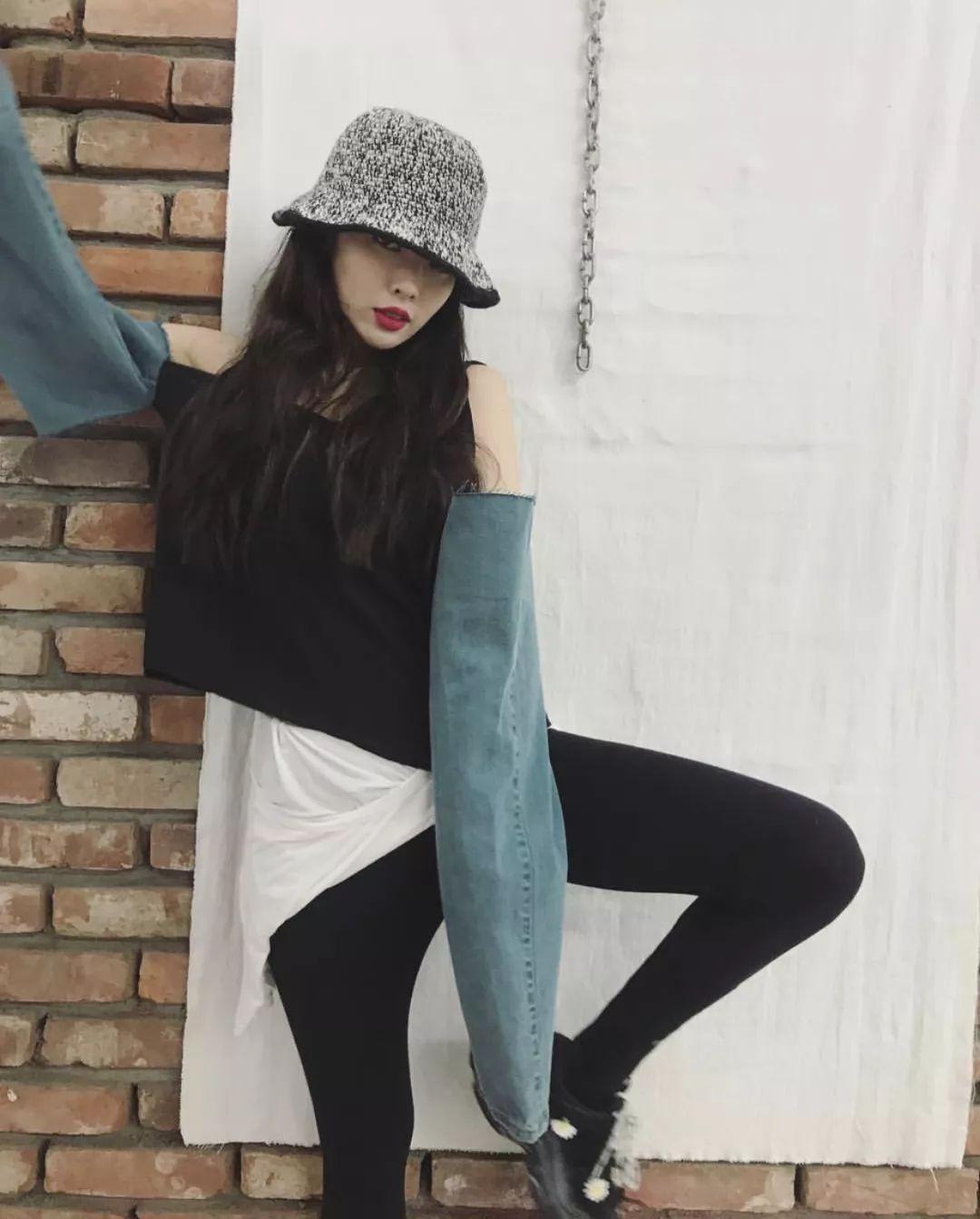 """""""时尚圈的野猫"""",少女感只靠一双袜子"""