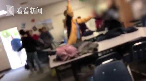 美国女老师边唱国歌边给学生理发 或面临3年半监禁