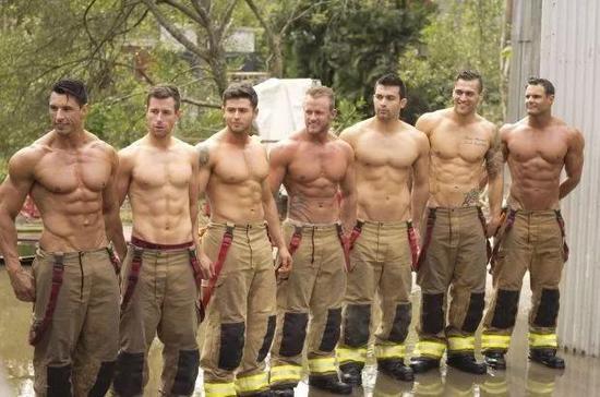 火辣的2019澳洲消防员日历出炉,你pick哪一个?