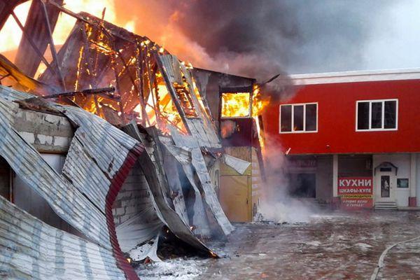 莫斯科一家具厂发生火灾 过火面积达800平方米