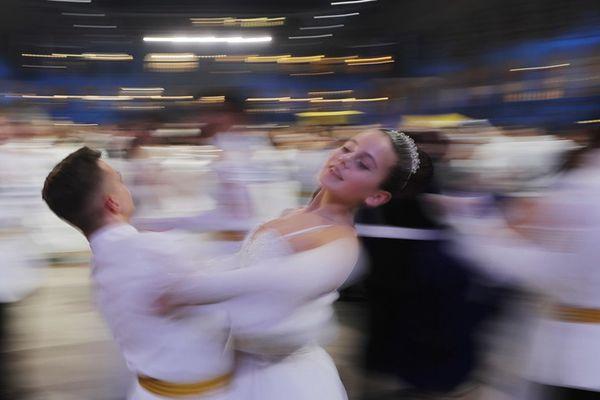 俄罗斯克里姆林宫举办年度军官舞会 帅哥美女如云超养眼