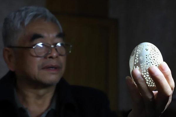"""贵阳六旬老人热衷于""""蛋雕"""" 14年间雕刻千余件作品"""