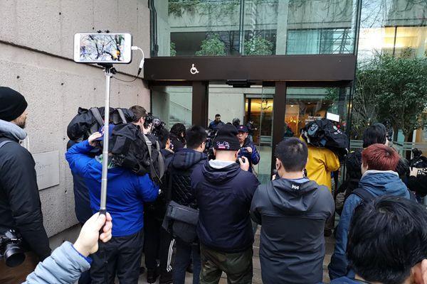 孟晚舟第三次听证会,保释了!媒体聚焦法院外