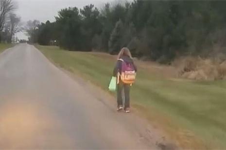 美国少女校车上欺凌同砚 被父亲罚步辇儿8公里上学