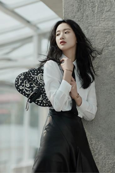 李梦黑白时装大片曝光 轻松演绎高级感