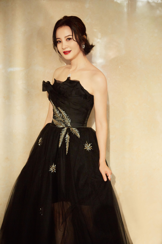 陶红长裙出席海南岛国际电影节 温婉大气甜笑暖