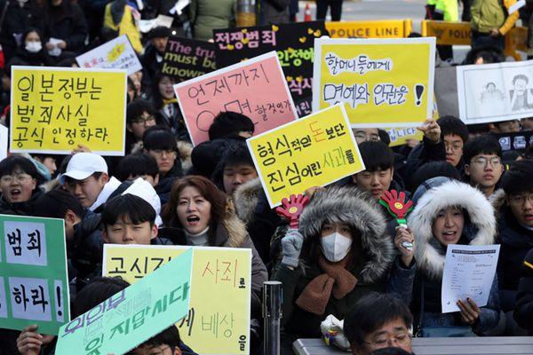 韩国举行慰安妇问题集会 日裔美前议员举标语要求安倍谢罪