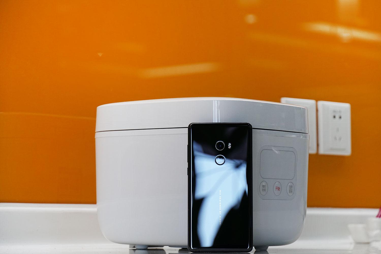 米家小饭煲图赏:1.6L精致容量,手机高度小巧机身