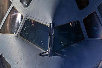 民间飞行员驾驶C17进行空中加油操作