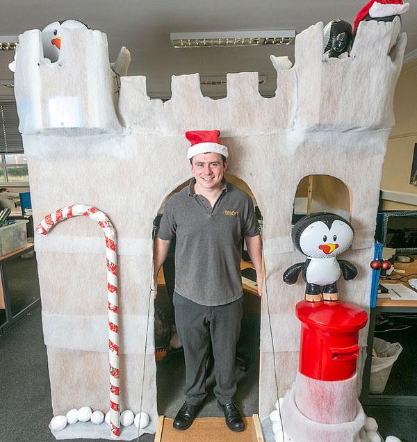 """英上班族将办公室打造成""""白雪城堡"""" 圣诞气氛爆棚"""