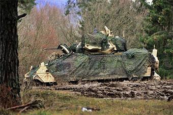 美军装甲车部署防空导弹在德国进行培训