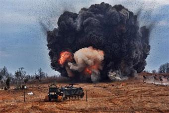 美军工程兵进行扫雷训练 一次引爆一片雷区