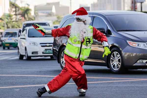圣诞将至 菲律宾交警扮圣诞老人街头指挥交通