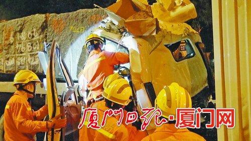 天马山隧道口昨两车相撞 消防人员及时救助受困人员