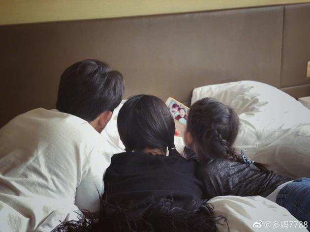 黄磊带一双女儿趴床头做鬼脸 孙莉晒照还原真相