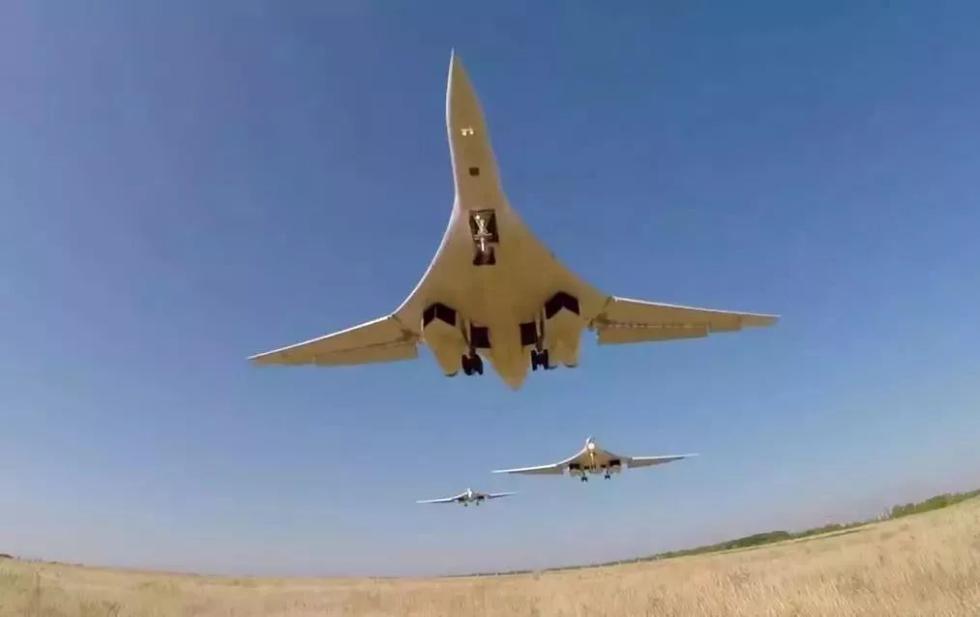"""俄战略轰炸机飞抵""""美国后院"""" 美国坐不住了"""