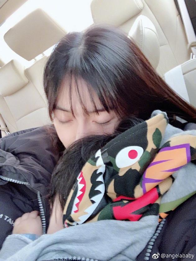 baby抱儿子睡觉画面温馨,小海绵微露侧脸模样超萌