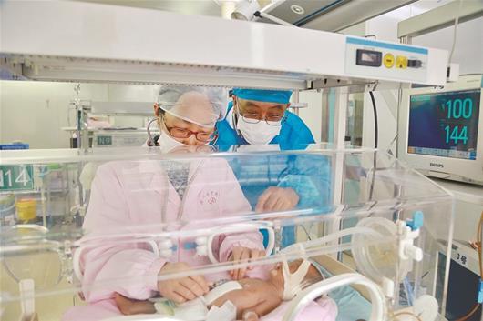 早产女婴内脏裸露 医生帮其归位