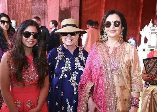 ▲从左至右:新娘伊沙·安巴尼,希拉里·克林顿和新娘的母亲。图/视觉中国