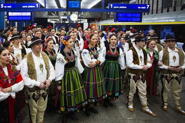 波兰:马佐维亚团队在华沙中央车站举行圣诞音乐会