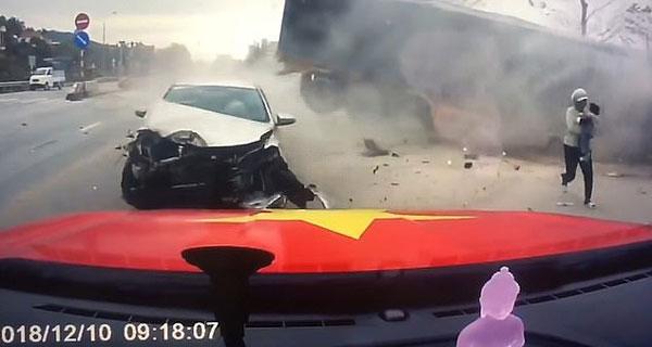 惊险!越南女子抱娃快速逃离躲开失控卡车