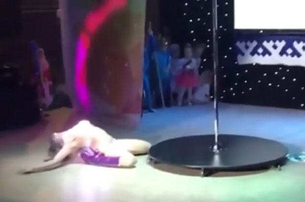 俄儿童才艺比赛金发女郎跳钢管舞 家长哗然