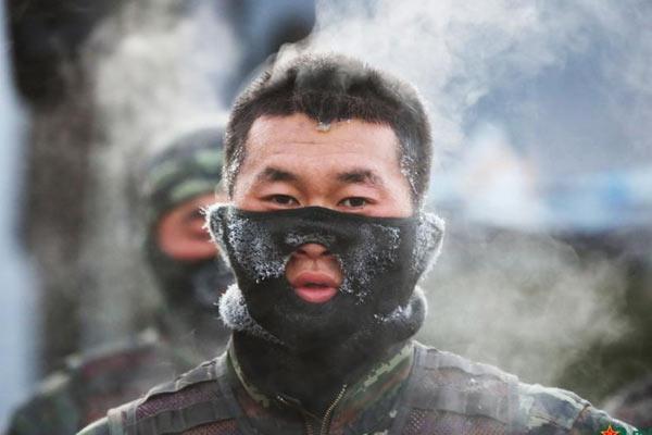 寒冬武装奔袭 特战队员满头蒸汽头发结冰