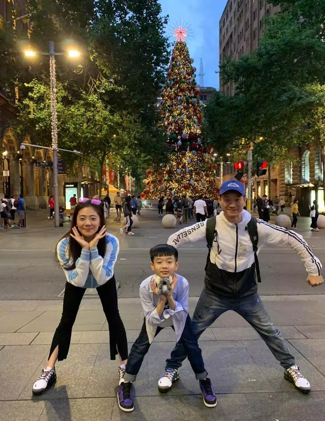 杨威夫妇撇下女儿带儿子悉尼游,杨阳洋的痘痘和大长腿都很抢镜