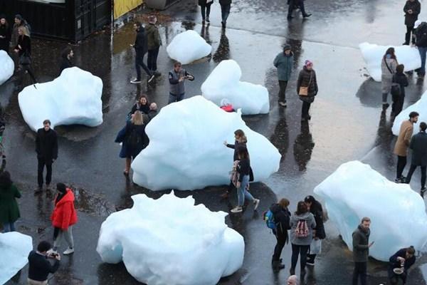 格陵兰岛冰块被运到伦敦 民众见证融化过程
