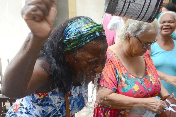 巴西:接受清水洗礼!萨尔瓦多信徒庆祝圣露西亚节