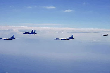 俄图160抵达委内瑞拉后和委苏30空中巡航