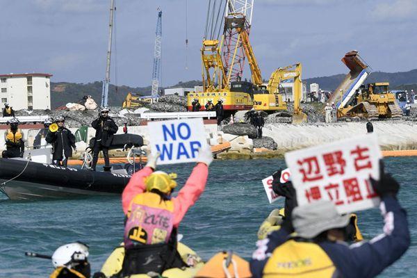 驻日美军普天间搬迁地填海工程启动 冲绳民众划船抗议